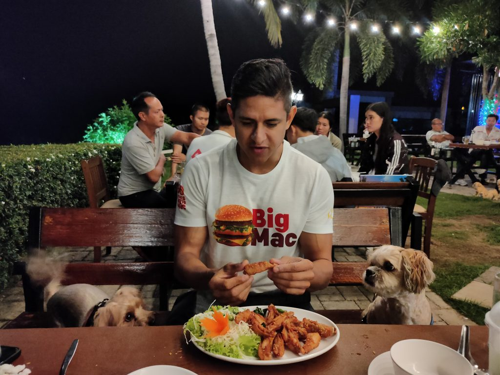 Raindrop and Flex getting ready for chicken wings at Chidlom Phayao